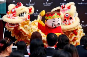 Hàng trăm người xếp hàng sớm chờ khai trương showroom dược mỹ phẩm Nhật Bản Sakura